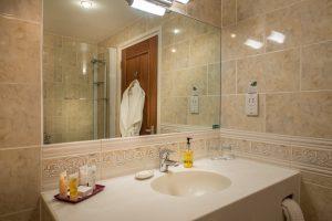 Three-Swans-Superior-Double-Bathroom-2