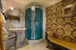 Bedroom 214 en suite 1