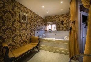 Bedroom 214 en suite 2