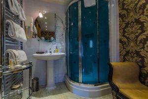 Castle Bedroom Deluxe Suite Bathroom 2